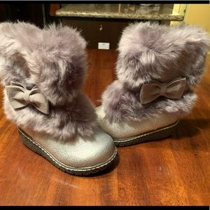 Gray girls fur boots - size 5 baby